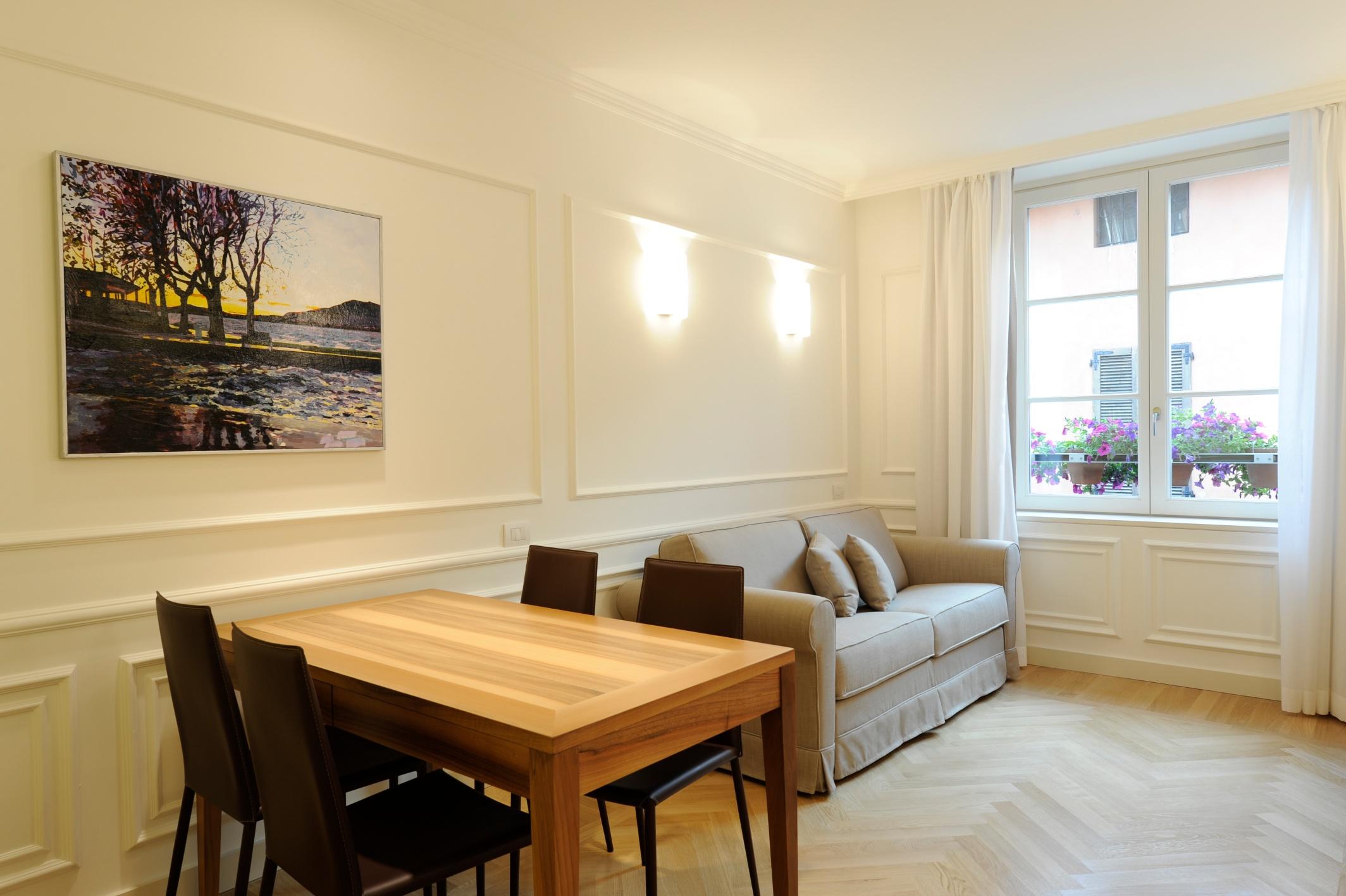 Aparthotel casa vacanze suite boutique hotel iseo - Divano e tavolo da pranzo ...